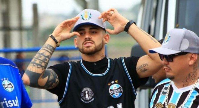 Felipe Vizeu chegou a Porto Alegre para assinar contrato e vestiu camisa do Grêmio