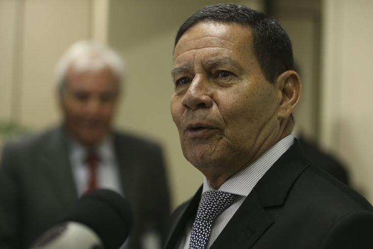 O vice-presidente da República, Hamilton Mourão, fala à imprensa.