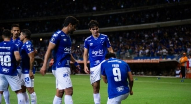 Dodê recebendo um afago de Fred após a assistência que deu para o primeiro gol do Cruzeiro contra o Huracán