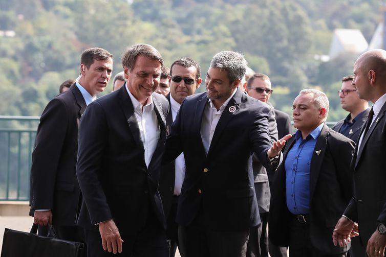 Os presidentes do Brasil, Jair Bolsonaro, e do Paraguai, Mario Abdo Benítez, durante cerimônia de lançamento da pedra fundamental da segunda ponte entre os dois países.