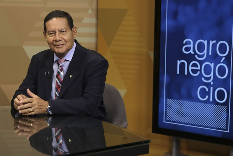 O vice presidente da Republica, Hamilton Mourão,dá entrevista ao programa Brasil em Pauta, da TV Brasil, em Brasília.